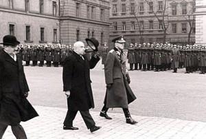E. Hácha při přehlídce vládního vojska v dubnu 1940