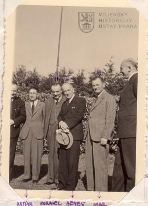 Po pravici Edvarda Beneše František Moravec a po levici Sergej Ingr. Z Velké Británie z II. světové války. Foto sbírka ABS.