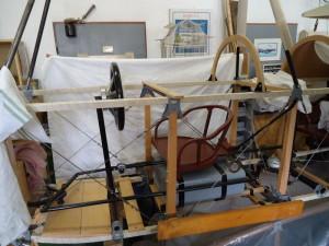 Přední pilotní prostor v průběhu vystrojování, viditelná je kostra sedadla a pod ním palivová nádrž.