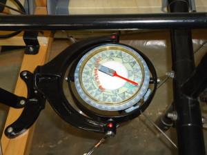 Maketa kompasu zabudovaná na podlaze pilotního prostoru.