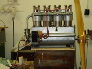 Pohledová maketa motoru NAG. Na výrobě mnoha součástek se mimo restaurátorů muzea podíleli také dobrovolní spolupracovníci.