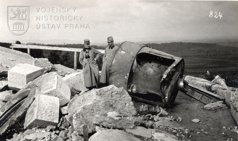 Rakousko-uherští důstojníci si prohlížejí trosky haličské pevnosti Přemyšl. Foto sbírka VHÚ.