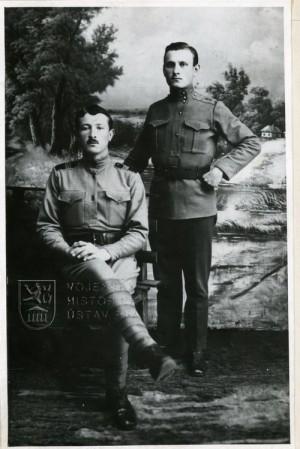 Ludvík Svoboda (sedící) v legii. Foto sbírka VHÚ.