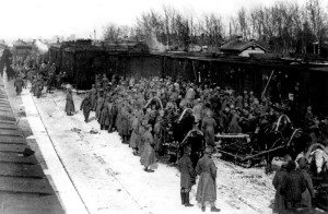5. československý střelecký pluk odevzdává v intencích Stalinovy dohody v březnu 1918 v Penze většinu svých zbraní místnímu sovětu. Foto sbírka VHÚ.