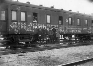 Skupina čs. důstojníků leteckého oddílu před vagónem v dubnu 1918. Foto sbírka VHÚ.