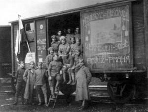 """Výzdoba obytných vagónů, tzv. """"těplušek"""", na jaře 1918. Foto sbírka VHÚ."""