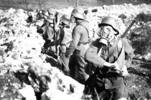Výcvik rakousko-uherských vojáků v ochranných maskách GM-15. Detail. Foto sbírka VHÚ.