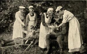 Německé zdravotní sestry v ochranných maskách cvičí záchranu vojáků při plynovém útoku. Foto sbírka VHÚ.