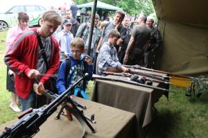 Návštěvníci otevíracího dne u stanu s ručními palnými zbraněmi