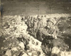 Výcvik rakousko-uherských vojáků v ochranných maskách GM-15. Foto sbírka VHÚ.