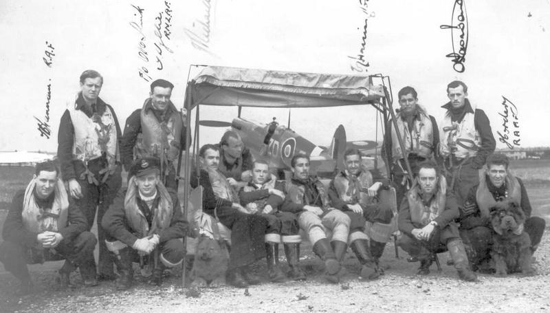 Hornchurch, léto 1943. Piloti 222. stíhací peruti, v pozadí jeden z jejích Spitfirů F.Mk.IXC. Otto Smik v podřepu 2. zleva