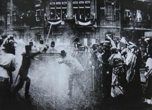 Stylizovaný snímek atentátu. Foto sbírka VHÚ.