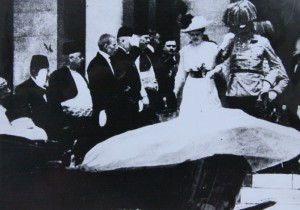 F. F. d´Este s chotí před sarajevskou radnicí. Foto sbírka VHÚ.