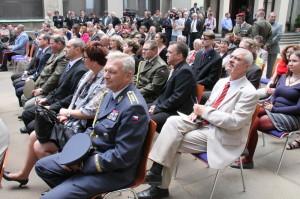 Hosté vernisáže, v popředí armádní generál Vlastimil Picek
