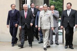 Příchod prezidenta Miloše Zemana, vlevo ministr obrany Martin Stropnický, vpravo ředitel VHÚ Aleš Knížek