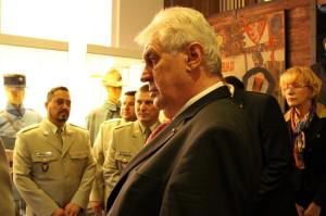 Prezident si prohlíží obrazovku, na které běží seznam některých padlých českých vojáků v první světové válce