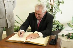 Prezident se zapisuje do Pamětní knihy