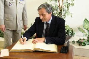 Ministr obrany se zapisuje do Pamětní knihy