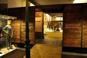 Vchod do hlavního sálu expozice, tvoří ho symbolický vlak