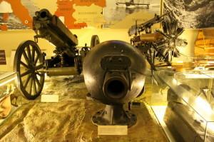 Hlavní sál expozice, uprostřed francouzský tankový kanón