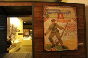 Dobový plakát, železniční vagón symbolicky uzavírá hlavní část výstavy
