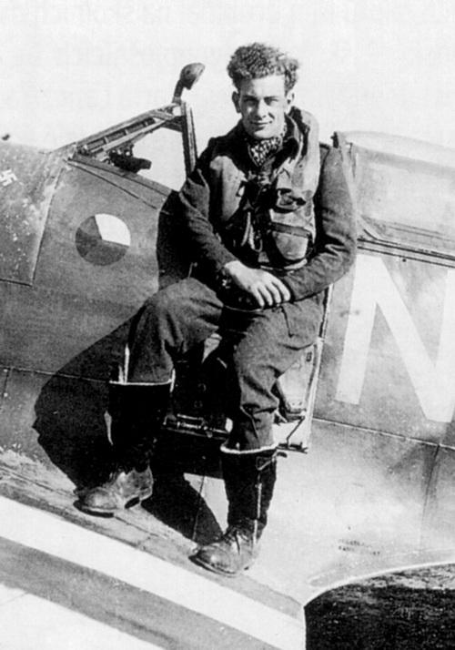 Letiště Appledram, 1944. Otto Smik jako pilot 310. čs. stíhací peruti za invaze ve svém Spitfiru LF.Mk.IXC MJ291 (NN-N)