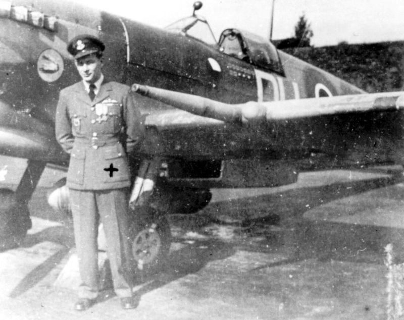 North Weald, konec srpna 1944. Velitel B-letky 312. peruti, FLt Otto Smik, DFC, před svým osobním Spitfirem HF.Mk.IXC ML296 (DU-N) - 3. 9. 1944 na něm bude sestřelen flakem ale vyvázne.