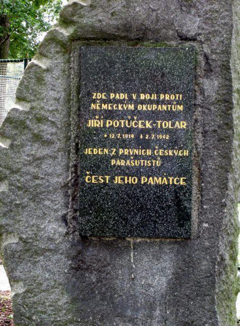Pomníček na místě parašutistovy smrti