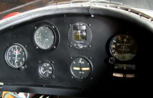 Morane Saulnier MS-230 Et-2. V přední kabině je vidět přípusť motoru, nastřikování paliva, výškoměr, variometr, palivoměr, kompas, zatáčkoměr, rychloměr, pneumatický indikátor kurzu a příčný sklonoměr. V zadní kabině je přípusť motoru, nad ní otáčkoměr, dole palivoměr, variometr s podélným sklonoměrem, zatáčkoměr, výškoměr, tlakoměr oleje. Dále je vidět ruční páka a v detailu teploměr oleje.