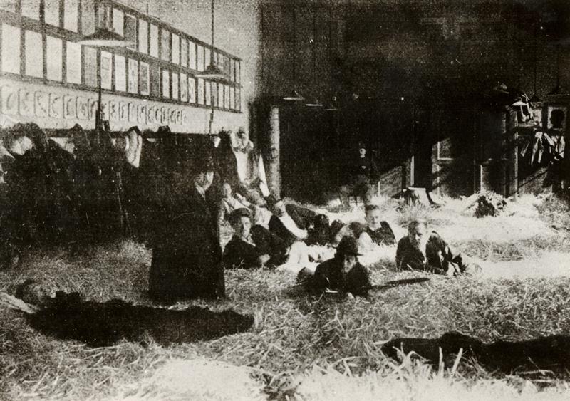 Kreslírna jedné ze smíchovských škol vystlaná slámou sloužila k ubytování rukujících záložníků. Obdobný byl osud velké většiny veřejných budov během mobilizace. Foto sbírka VHÚ.