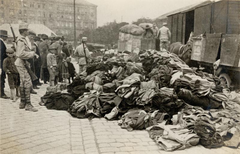 Velké soustředění osob v místech posádek během mobilizace kladlo enormní nároky na zásobování potřebami všeho druhu. Vojáci na snímku střeží náklad  erárních oděvních součástek a lůžkovin. Foto sbírka VHÚ.