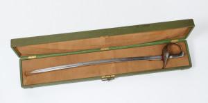 Šavle pro důstojníky jezdectva vzor 1904 v dřevěném přepravním pouzdru.