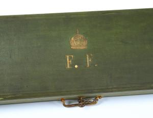 Monogram majitele zbraně na horní desce přepravního pouzdra.