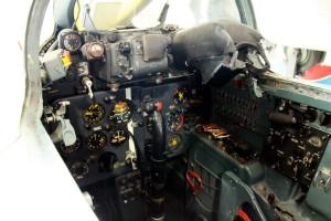 Detailní pohled na pravou stranu kabiny s motorovými přístroji, vzduchovými kohouty a panelem úsekových spínačů. Zajímavé je červené táhlo nouzového otevírání podvozku. Proti rukojeti řídící páky, je bílá čára, udávající středovou polohu, pro případ neobvyklých poloh letounu.