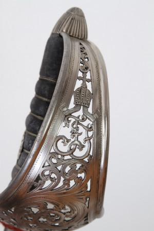 Koš jezdecké šavle je zdoben prolamovaným rostlinným ornamentem a monogramem majitele F. F.