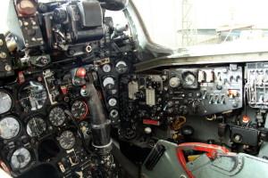 Pohled na střední a pravou část pilotní kabiny odhaluje Přístroje pro kontrolu letu a motoru, spodní část gyroskopického zaměřovače ASP-5 ND, panely ovládání radiokompasu a systémů. Na ruční řídící páce jsou spínače ovládání zbraní a elektrického vyvážení. Za červenou pákou iniciace vystřelovacího sedadla je vidět černá hlavice ovládání autopilota.