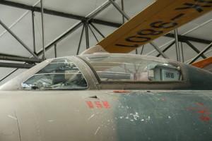 Dozadu odsouvatelný překryt kabiny s periskopem umožňujícím pohled vzad.