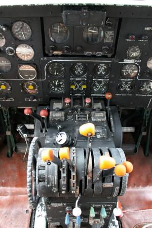 Pohled na středový sloupek. Kolo zcela vlevo ovládá vyvažovací plošku výškového kormidla.