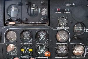 Přístroje ke kontrole motorů. Nad nimi jsou ovládací skříňky autopilota.