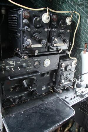 Pracoviště radiooperátora za pilotním prostorem.
