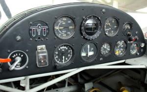 Pohled na přístrojovou desku letounu ukazuje přepínač magnet, ukazatel polohy podvozku, rychloměr, výškoměr, kulový kompas, zatáčkoměr, variometr, otáčkoměr, volt-ampérmetr, sdružený ukazatel tlaku a teploty oleje a tlaku paliva a G-metr.