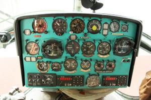 Palubní deska s přístroji pro kontrolu letu a motorů. V dolní části jsou kromě hodin panely ovládání osvětlení a radiostanic.