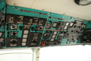 Horní panely s ovládáním elektroinstalace, hydraulického vybavení a spouštěním motorů.