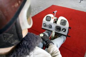 Celkový pohled na přístrojový panel, ruční páku řízení, Venturiho trubici a vypínač vlečného lana.