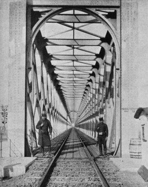 Srbská stráž u strategicky významného železničního mostu spojujícího Rakousko-Uhersko se Srbskem – město Zemun (Semlin) s Bělehradem. V nočních hodinách 29. července 1914 Srbové část mostu vyhodili do povětří. Foto sbírka VHÚ.