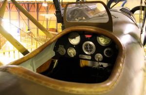 Letov Š-2 - pozorovací a bombardovací letoun, ČSR / 1920. Pilotní palubní deska Š-2 s přepínači benzínu, magnet a tlakoměru oleje. Z přístrojů jsou na desce mechanický palivoměr, kapalinový sklonoměr, barometrický výškoměr, mechanický otáčkoměr a tlakoměr oleje. V kabině je dále vidět vrchol řídící a plynové páky.