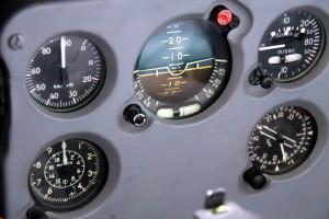 Přístroje pro kontrolu letu rychloměr, výškoměr, elektrický umělý horizont, kombinovaný variometr, ukazatel gyroinduktivního kompasu.