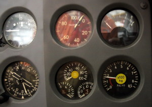 Přístroje pro kontrolu motoru. Otáčkoměr v %, teploměr výtokových plynů, tlakoměr paliva a oleje a palivoměr.