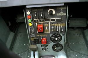 Střední pult se spínači signálních raket, volby výzbroje a ukazateli tlaku vzduchu.