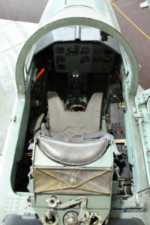 Pohled do kabiny žáka ze shora s detailem záhlavníku vystřelovacího sedadla VS-1.